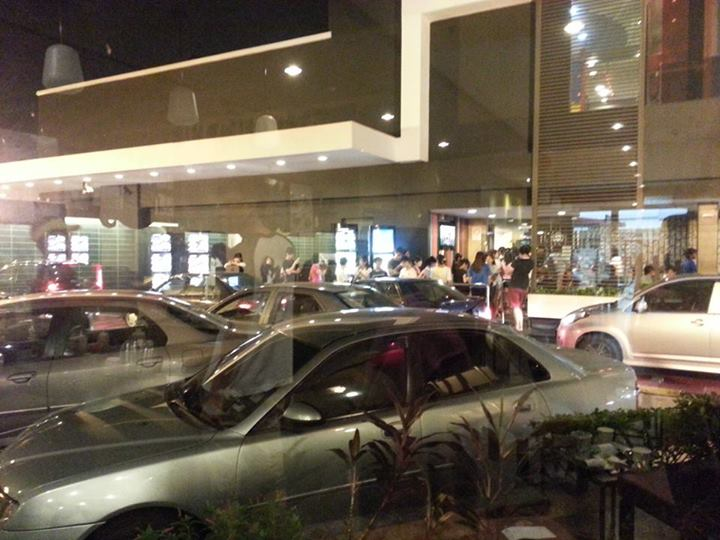 """""""Look at the crazy queue ourside Mcds at this hour. 12am. #kisiaoliao #minioncraze"""" - Photo from Michelle Soh, Facebook."""