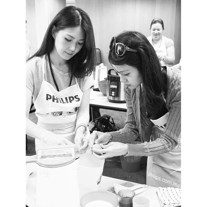 """""""Having fun cooking at the Philips Smart Kitchen workshop with chef Puan Marina."""" - Photo from Lee Samantha Facebook."""
