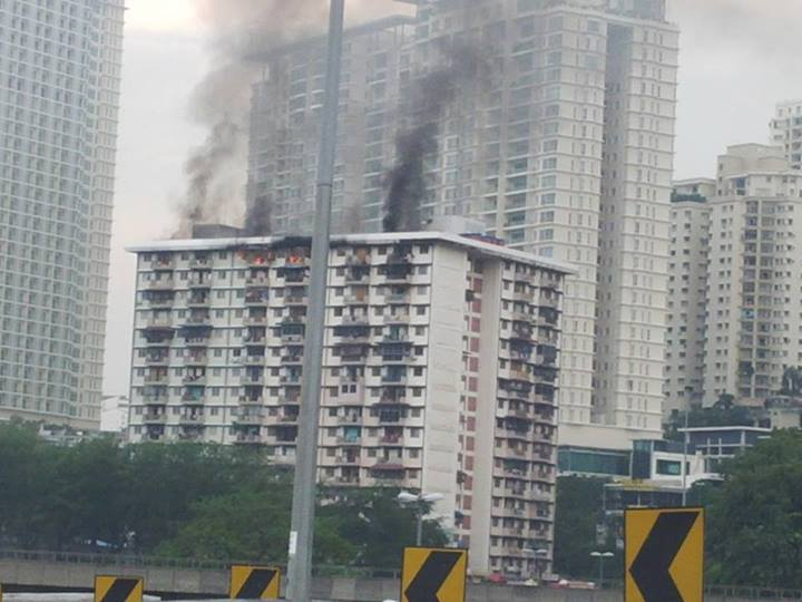 """#klttaffic #klrb avoid #FederalHighway, terrible jam. Entire top floor of an apartment is on fire at #BangsarSouth. #PraynoONEishurt"" - Photo from Charlie Chia."