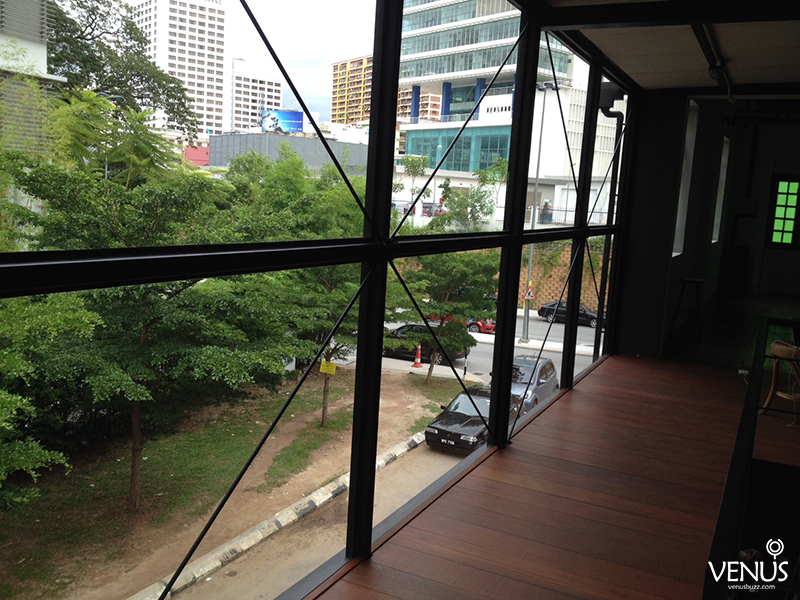 The first floor gives a pristine and impressive view of the cafe's surroundings in busy KL. Photo from Venusbuzz.