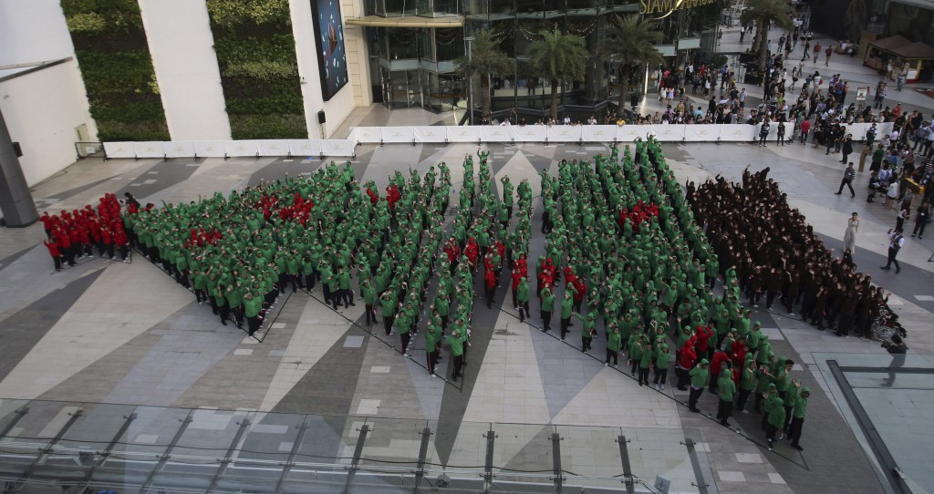 This 'break' the Guinness World Record as the biggest human tree.