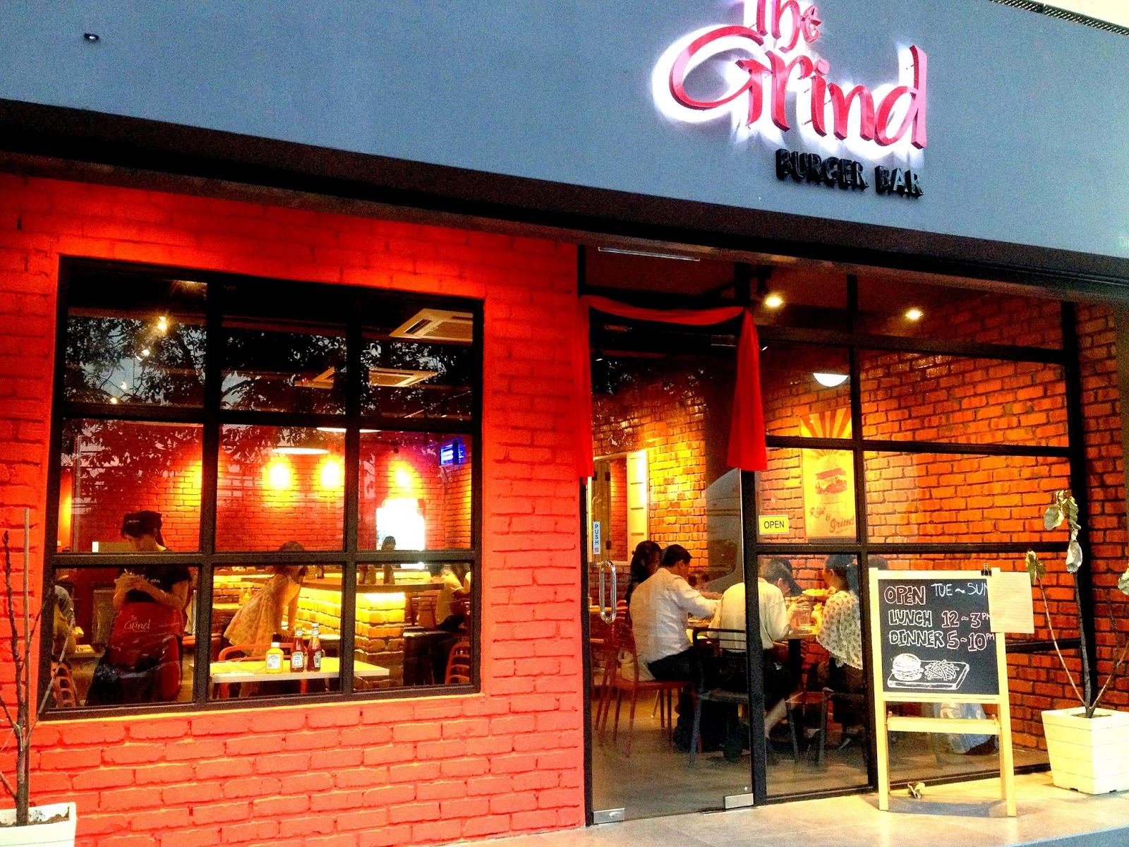 PJ's Section 17 now hosts The Grind Burger Bar, which (unlike the other eateries listed above) operates everyday for both lunch & dinner, moving into the row that's renowned for Kanna Curry House.