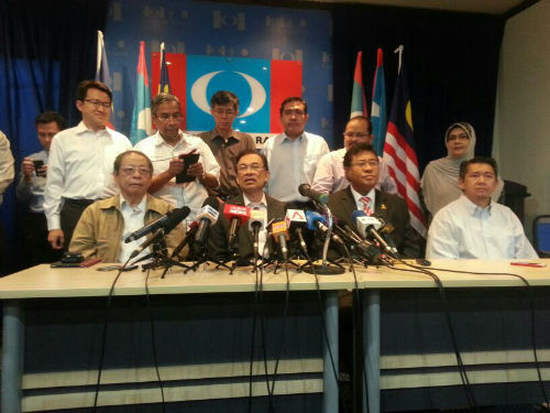 Datuk Seri Anwar Ibrahim announcing he will be standing for the Kajang by-election.