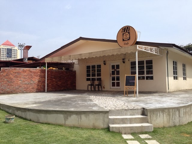 The Jam & Kaya Cafe is located within the PJ Palms Sports Centre in a cute little house with a walkway leading up to it.