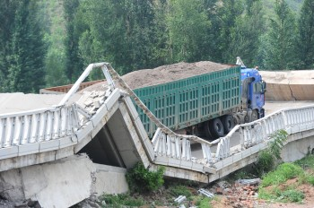 A bridge collapses when an overweight truck crosses a bridge in Beijing on July 19. (The Epoch Times photo archive)
