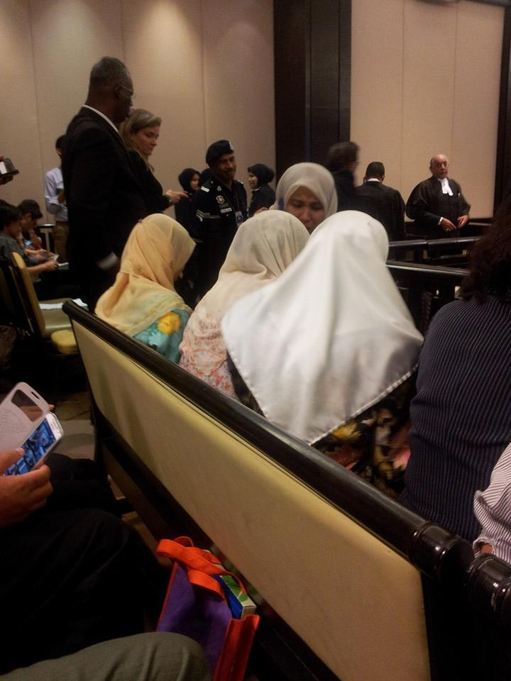 """Wan Azizah Wan Ismail, Nurul izzah and family burst into tears when the judges announce Anwar Ibrahim guilty in the Court of Appeal"""""""