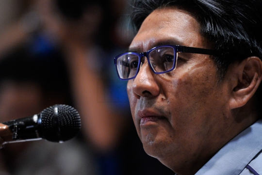 The director-general of the Department of Civil Aviation, Datuk Azharuddin Abdul Rahman, was grilled by the international media over two people with stolen passports who are listed on the passenger manifest