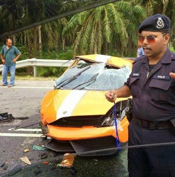 Lamborghini Gallardo bernilai RM1.2 juta hancur bergesel dengan lori