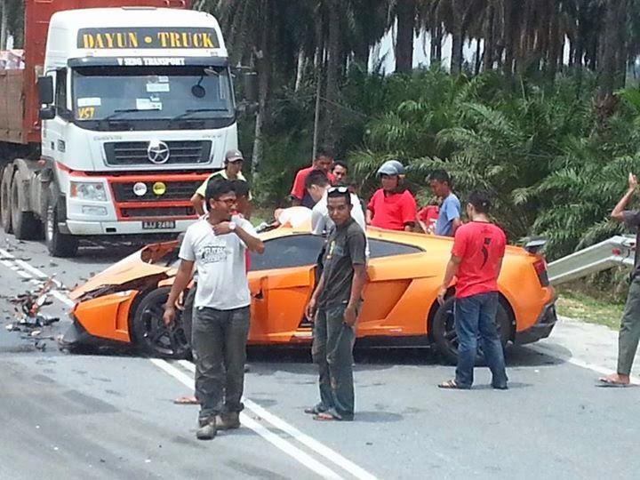 Sebuah lori dari arah bertentangan bergesel dengan kereta mewah tersebut