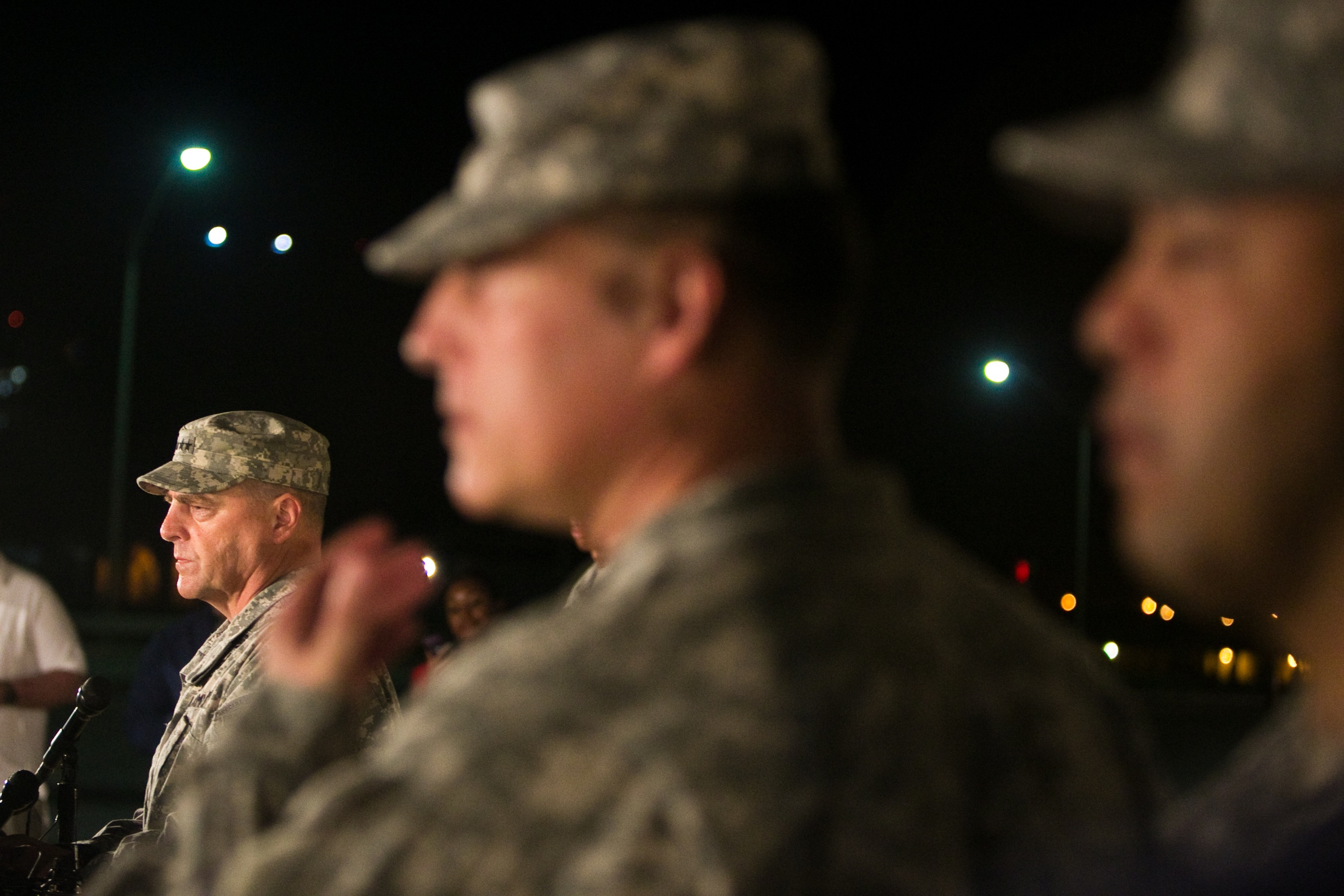 General Mark Milley, III Corps and Fort Hood Commanding General (L)