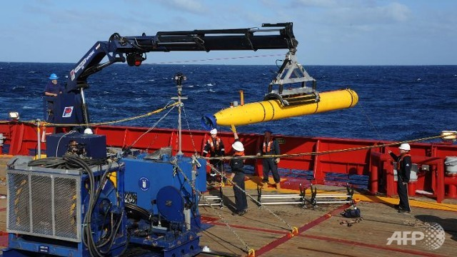 MH370 Bluefin 21 Artemis autonomous underwater vehicle is hoisted back onto Ocean Shield