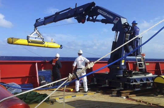 The Bluefin 21, the Artemis autonomous underwater vehicle (AUV), is hoisted back on board the Australian Defence Vessel Ocean Shield after a successful buoyancy test in the southern Indian Ocean as part of the continuing search for the missing Malaysian Airlines flight MH370, in this picture released by the Australian Defence Force April 4, 2014.