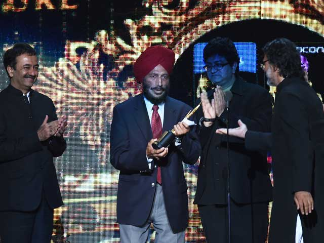 Director Rakeysh Omprakash Mehra (far right) handing the best picture award to celebrated Indian athlete and Olympian Milkha Singh (in turban), whose life story was told in the winning film Bhaag Milkha Bhaag.
