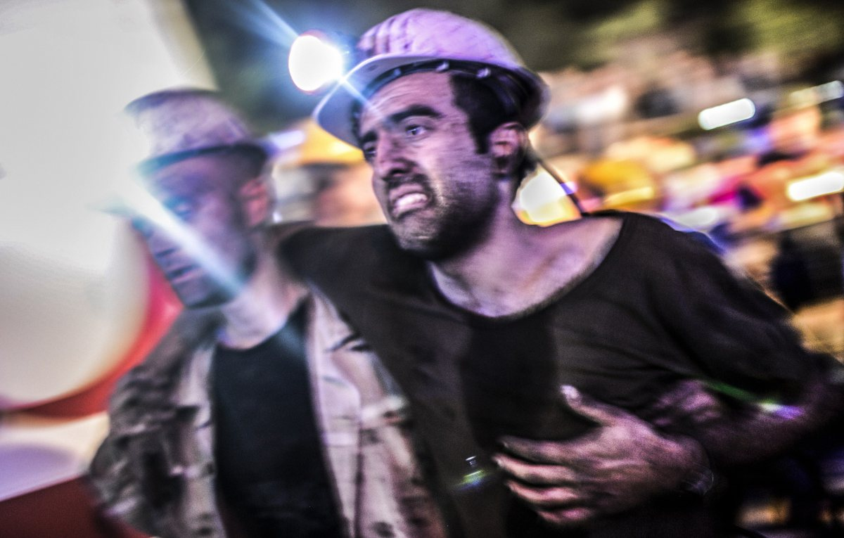 An injured miner came out carried by rescuers
