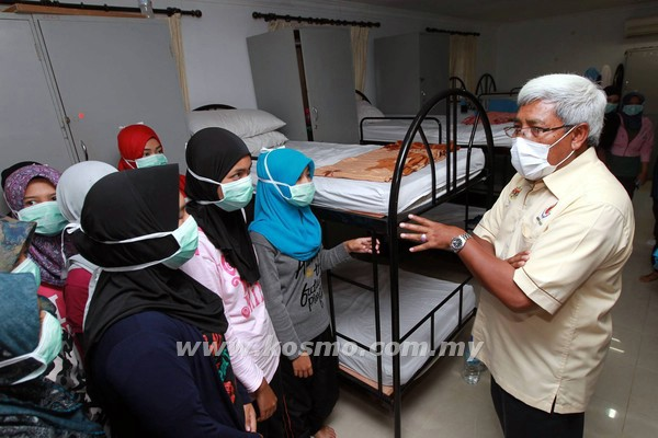 Abdul Hadi bertanya khabar kepada pelatih wanita yang diasingkan kerana mengalami simptom influenza di Kem PLKN Dusun Minda Resort Kuala Nerang, Kedah.