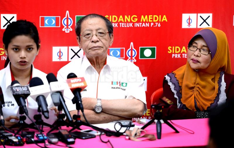 Lim (centre) with Dyana Sofya (left) and her mother Yammy Samat during a press conference last week in Teluk Intan.