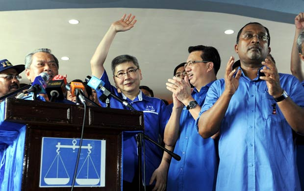 Datuk Mah Siew Keong (second from left) and Datuk Seri Liow Tiong Lai (third from left).