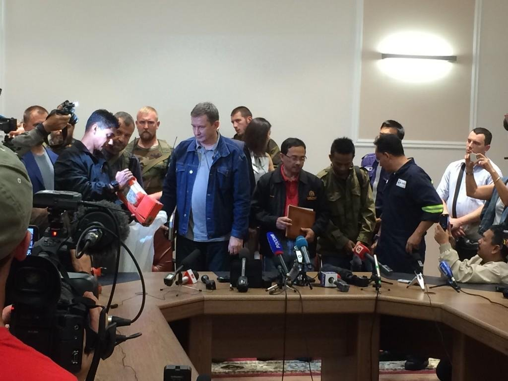 Ukrainian Rebel Leader Hand Over MH17 Black Boxes to Malaysia