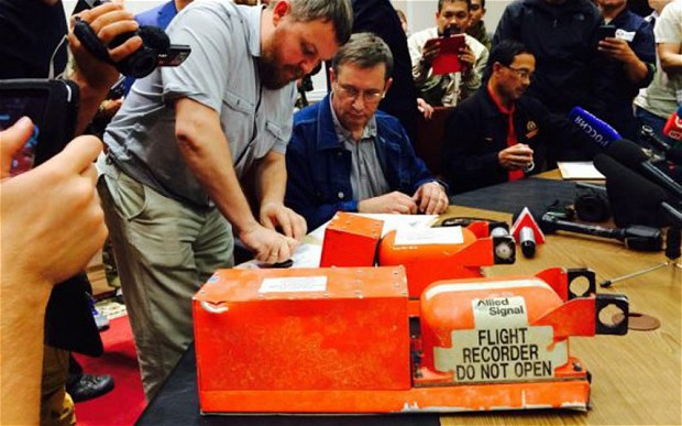 Ukraine rebels hand over MH17 black boxes to Malaysian officials in a former Government building in Donetsk
