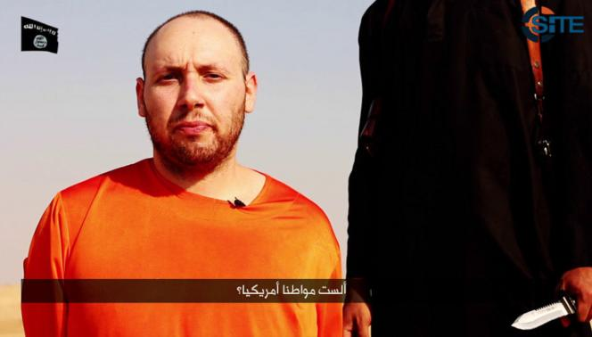 A video purportedly showing U.S. journalist Steven Sotloff kneeling next to a masked Islamic State fighter holding a knife in an unknown location in this still image from video released by Islamic State 2 September 2014.