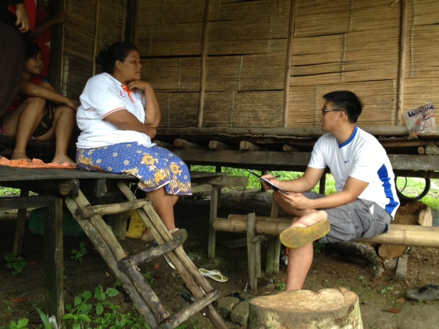 John-Son Oei talking to one of the orang asli villagers.