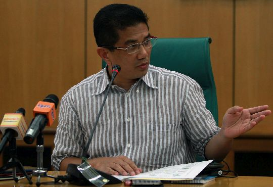 Azmin Ali speaking to the media today, at his office in Shah Alam, on the first water crisis since he was appointed Selangor MB.