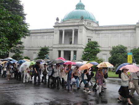 Japanese visitors line up to see the Jadeite Cabbage displayed at the Tokyo National Museum.