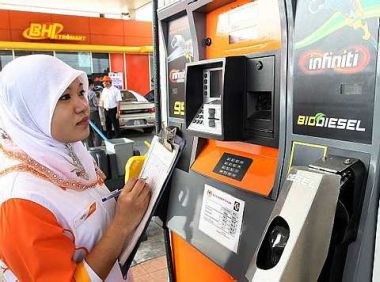 Does This Mean That Petrol Attendants Know How Much Malaysians Are Earning On A Daily Basis? How About Some People Taking Advantage Of The System By 'Leasing' Their MyKad For Money?