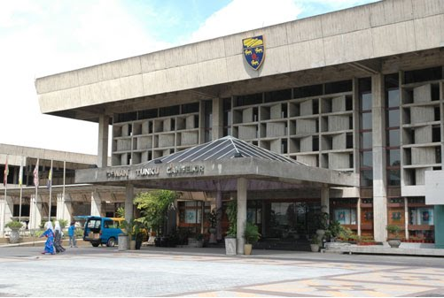 Univesiti Malaya has banned a campus talk by Anwar Ibrahim.