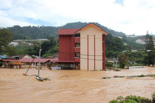 Sebuah sekolah terpaksa ditutup akibat limpahan air yang deras.
