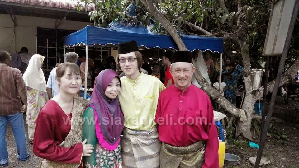 Soo Lian Heng (kanan) bersama isterinya (kiri) dan pasangan pengantin.