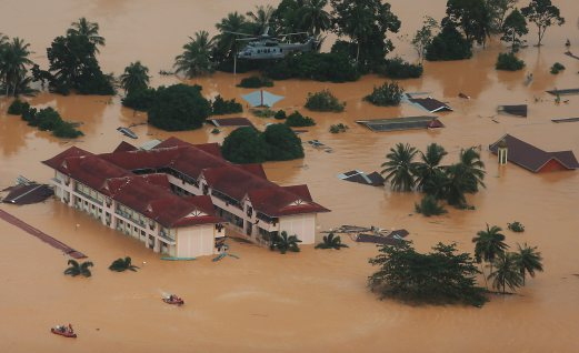 Pilots of Royal Malaysian Air Force EC275 Cougar put their helicopter in hover, an RMAF commando (PASKAU) carrying essentials is winched down to waiting inflatables boats. The supplies are then delivered to flood victims seeking refuge at this school in Manik Urai, Kota Baru, Kelantan.