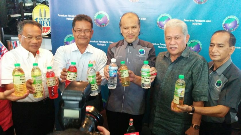PPIM president Datuk Nadzim Johari (centre) lashed out at giant mineral water manufacturer Spritzer for selling expensive bottled water and called on consumers to boycott its products.