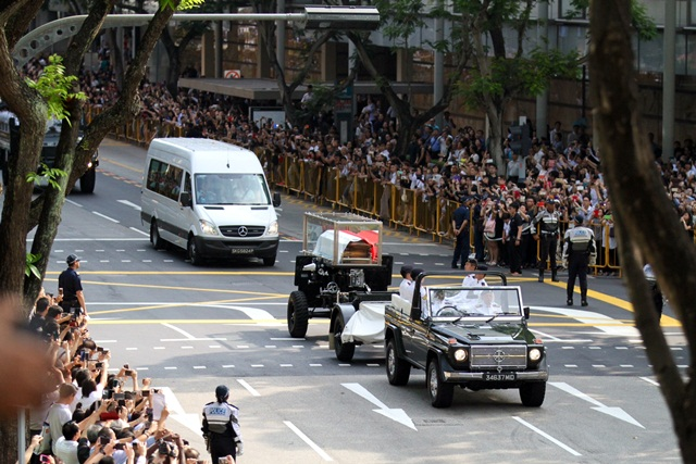 The funeral procession of Mr Lee Kuan Yew from Sri Temasek to Parliament House was witnessed by President Tony Tan, Prime Minister Lee Hsien Loong and his family, as well as the public who lined the streets to view the procession.