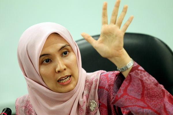 Nurul Izzah (inset for reference), daughter of prosecuted Anwar Ibrahim does not accept any decisions without any official statements from the YDP Agong.