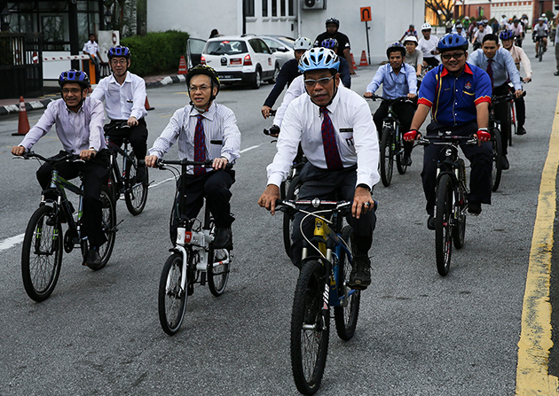Ahmad Phesal (front) cycling from Mid Valley City to Dataran Merdeka using the bike path during the launching ceremony 14 April.