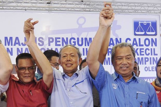 Hasan (centre) flanked by Tan Sri Muhyiddin Yassin (right) and Datuk Seri Adnan Yaakob.