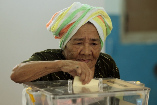 Semah Yuming casting her vote at SK Pontian.