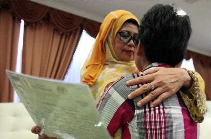 Sarawak's Welfare, Women and Family Development Minister Datuk Fatimah Abdullah embracing the girl who visited the minister's office in Kuching to appeal for justice.