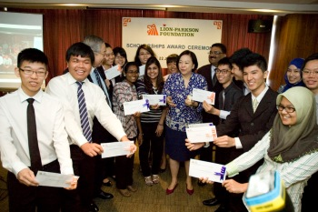 Puan Sri Chelsia Cheng (4th from right, front row), Mr CS Tang (3rd from left) and Mr Suresh Menon (behind Puan Sri Chelsia Cheng) sharing in the scholarship recipients' joy.