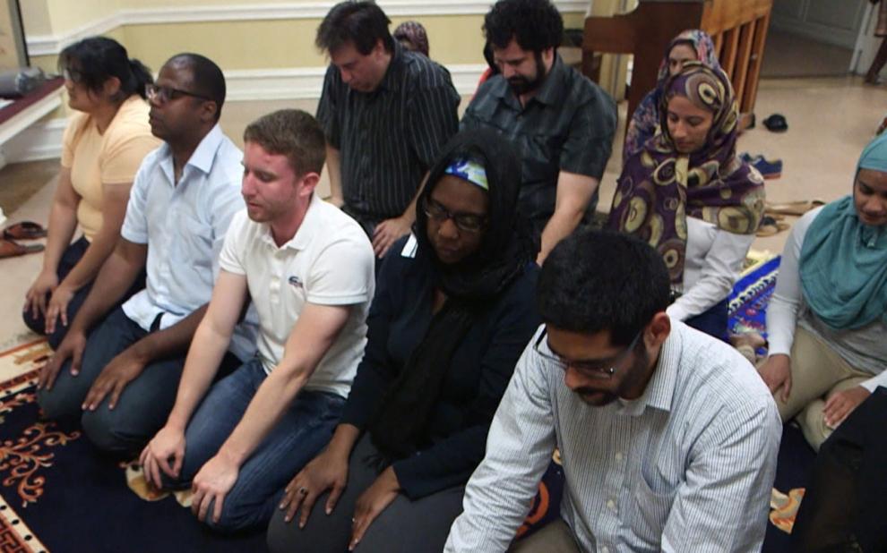 Di masjid di Washington DC di mana Daayiee berkhidmat, lelaki dan perempuan dibenarkan solat bersebelahan.