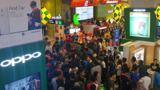 rm70,000 worth of electronics destroyed after a scuffle broke out atthe incident took place at the oppo store