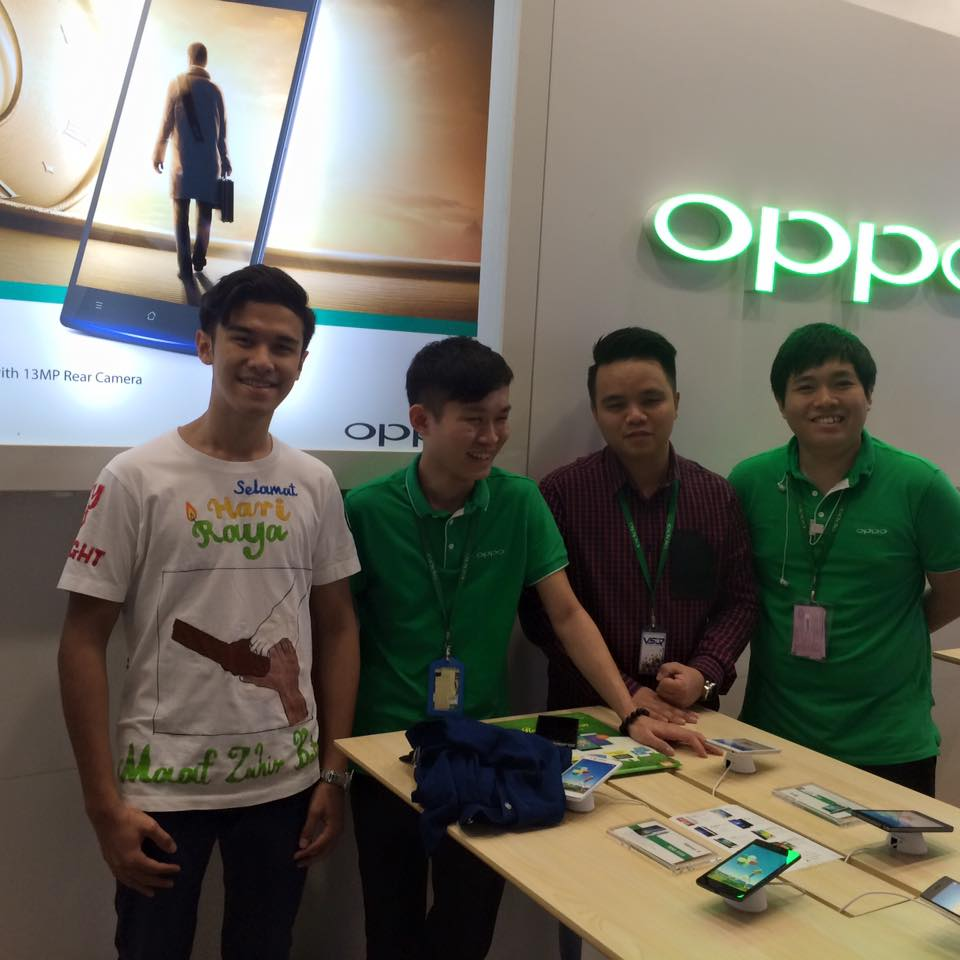 Aidille Iman (left) with the staffs at the Oppo store in Low Yat Plaza.