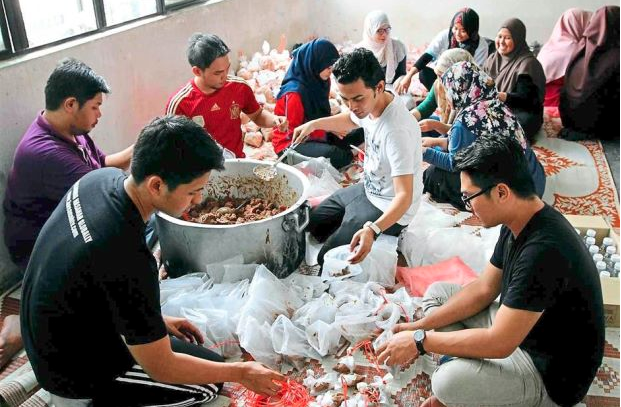 Volunteers packing food for Rohingya refugees
