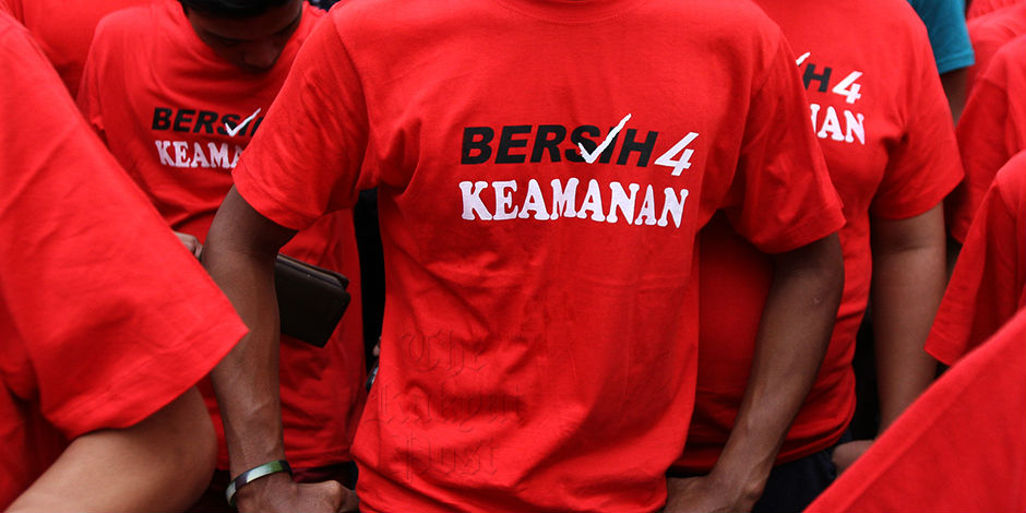 Anti-Bersih supporters clad in red 'Keamanan' t-shirts