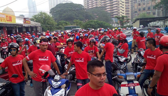 Gabungan NGO-NGO Malaysia chief and the red shirt rally members during their convoy around Kuala Lumpur, yesterday.