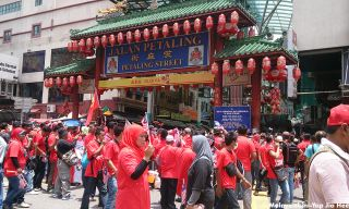 Protesters trying to enter Petaling Street despite the warnings by the police force