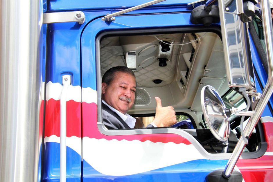 Sultan Johor memberi 'thumbs up' tanda puas hati. Tak lama lagi dapat kita lihat trak ini bersiar-siar di sekitar Johor Bahru.