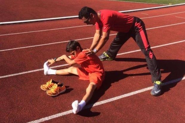 Imran warming up with the help of his father Abdul Hazli Zainuddin