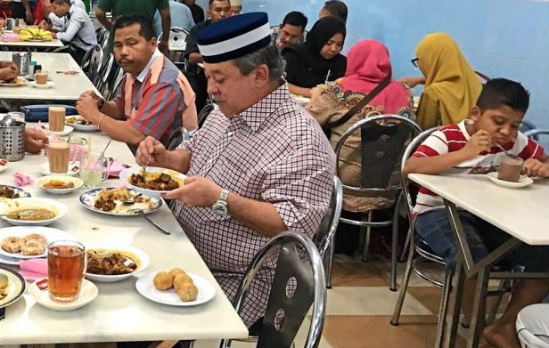 Johor Sultan dining at a restaurant in Muar, Johor. He later paid for his own food and also paid for all customers who ate at the restaurant that day.
